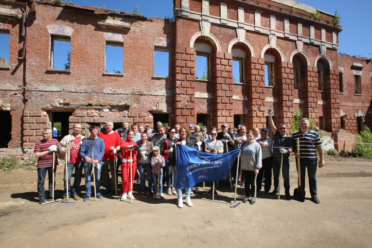 Employees of the Izolyator plant are participants in the clean-up day at the territory of the cultural heritage object — the former cloth factory of Count P. I. Yaguzhinsky in Pavlovskaya Sloboda