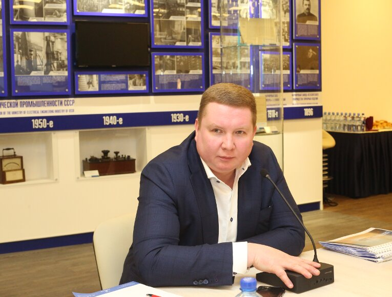Ivan Panfilov is opening a meeting on Izolyator sales division's results